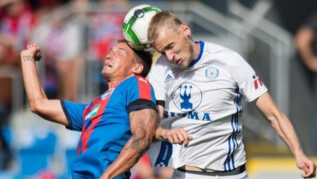 Olomoucký Václav Jemelka (vpravo) v utkání s Plzní.