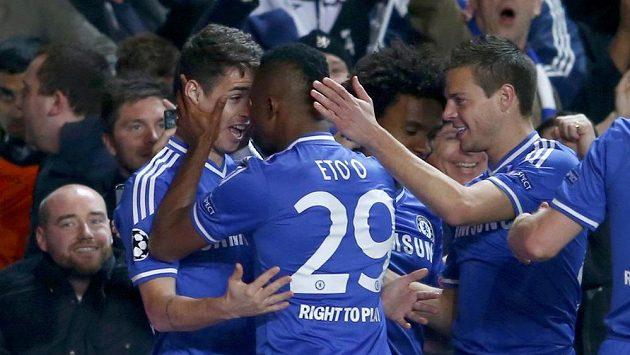Útočník Chelsea Samuel Eto'o slaví se spoluhráči Oscarem a Cesarem Azpilicuetou gól proti tureckému týmu Galatasaray Istanbul.