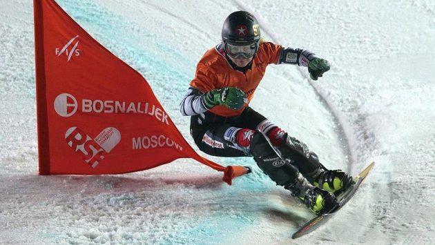 Česká snowboardistka během paralelního slalomu v Moskvě.