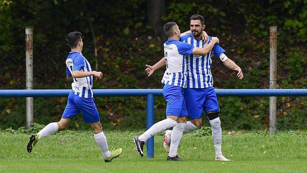 Chlumečtí fotbalisté Oliver Žahourek, Tomás Labík a Jakub Jarkovský oslavují gól v síti Bohemians během utkání 3. kola MOL Cupu.
