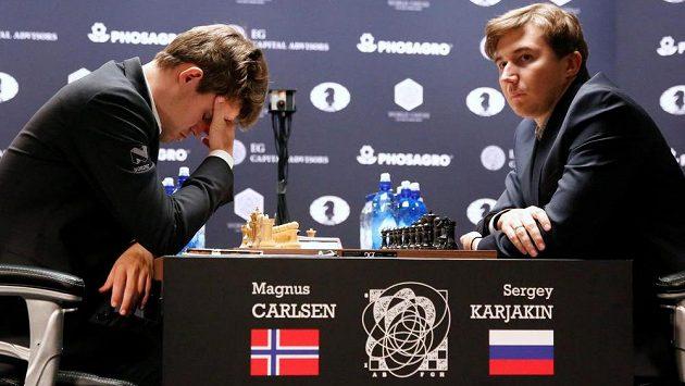 Nor Magnus Carlsen (vlevo) a Rus Sergej Karjakin v souboji o šachový trůn.