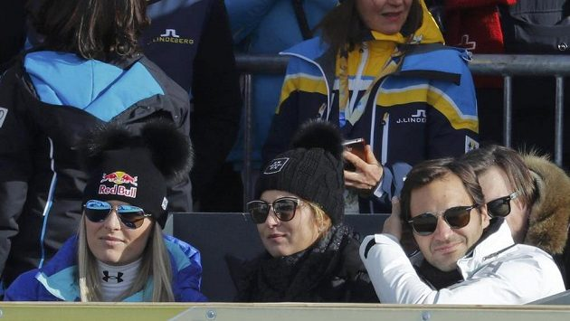 Lyžařka Lindsey Vonnová (vlevo), Mirka Federerová a tenista Roger Federer sledují sjezd mužů na mistrovství světa v alpském lyžování.