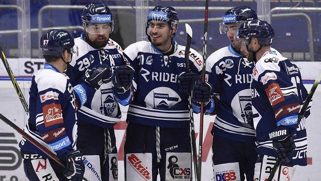 Hokejisté Vítkovic se radují z prvního gólu. Uprostřed je autor branky Dominik Lakatoš.