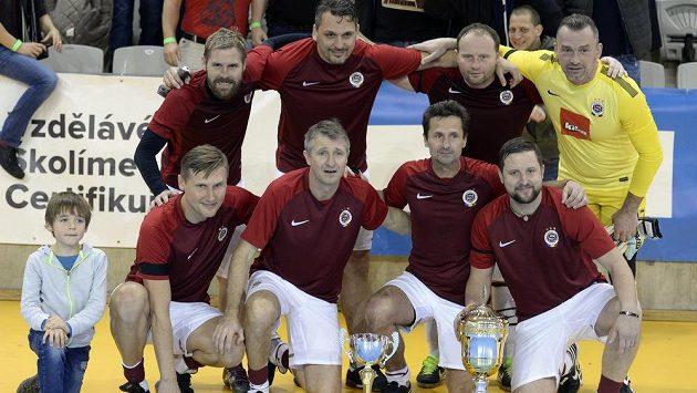 Vánoční turnaj fotbalových internacionálů. Na snímku vítězné mužstvo Sparty.