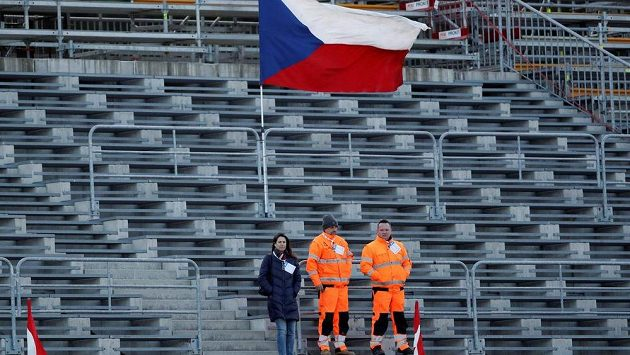 Tribuny při SP v Novém Městě na Moravě při sprintu žen. Bez fanoušků se budou muset obejít sportovní akce také v Řecku.