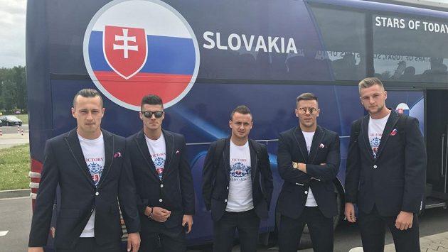 Mladí slovenští fotbalisté před autobusem s nesprávným znakem.