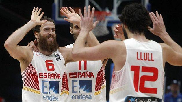 Basketbalisté Španělska (zleva) Sergio Rodriguez, Fernando San Emeterio a Sergio Llull ve finále MS.