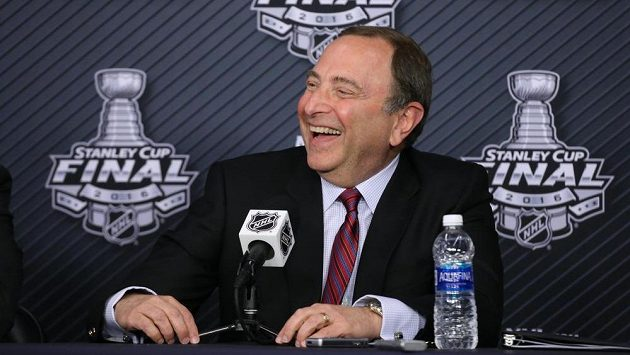 Komisionář ligy Gary Bettman na tiskové konferenci v Pittsburghu.