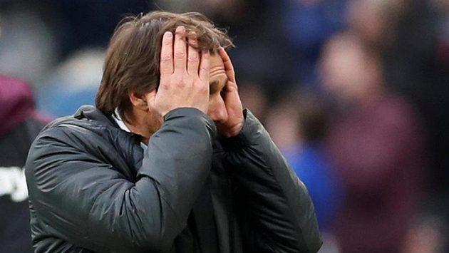 Kouč Chelsea Antonio Conte během porážky v derby od West Hamu.