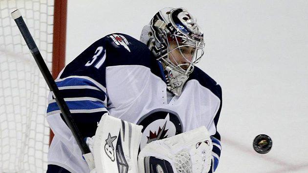 Brankář Winnipegu Ondřej Pavelec zkusí dlouhý let zaspat.
