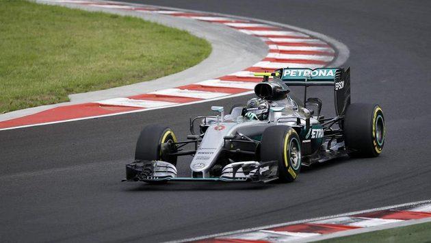 Pilot stáje Mercedes Nico Rosberg z Německa na trati v maďarském Hungaroringu.
