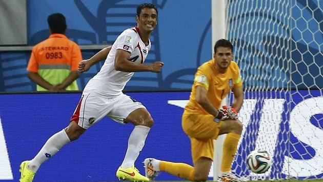 Kostaričan Michael Umaňa jásá poté, co proměnil rozhodující penaltu v rozstřelu v utkání s Řeckem v osmifinále MS.