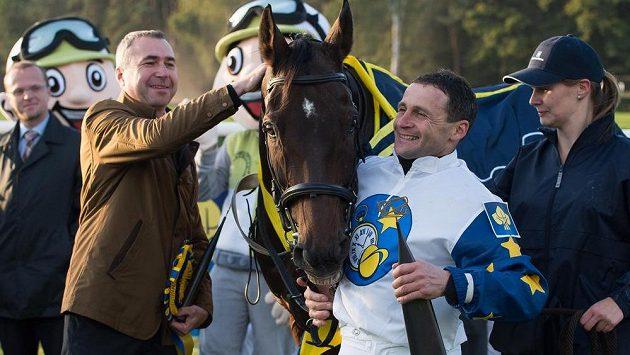 Žokej Marek Stromský, kůň Nikas a jeho majitel Petr Kupka.