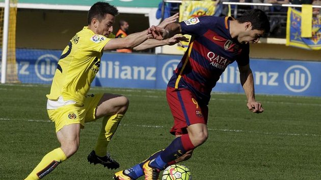 Antonio Rukavina z Villarrealu (vlevo) se snaží obrat Luise Suáreze z Barcelony.