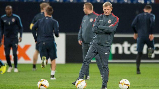 Trenér Zdeněk Ščasný během předzápasového tréninku před utkáním Evropské ligy s Schalke.