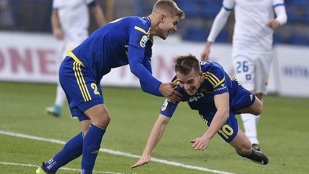 Jihlavští fotbalisté Martin Nový a Jan Záviška slaví gól v síti Liberce. Jihlava vyhrála 3:1 a už není poslední.
