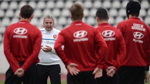 Teď už extrenér české fotbalové reprezentace Josef Pešice během tréninku.