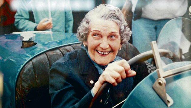 Eliška Junková si ráda za volant bugattky sedla i v pokročilejším věku.