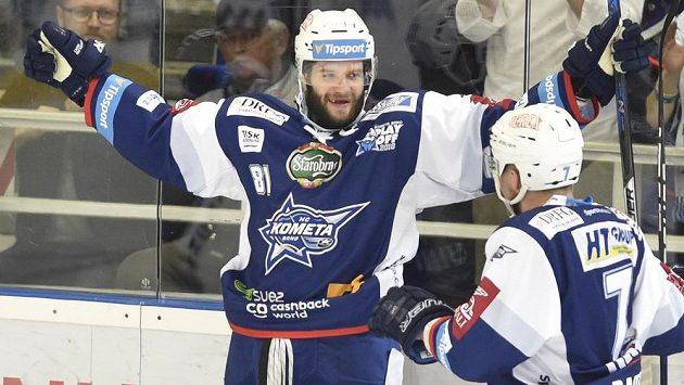 Tomáš Vincour z Brna se raduje z gólu, vpravo jeho spoluhráč Tomáš Bartejs.