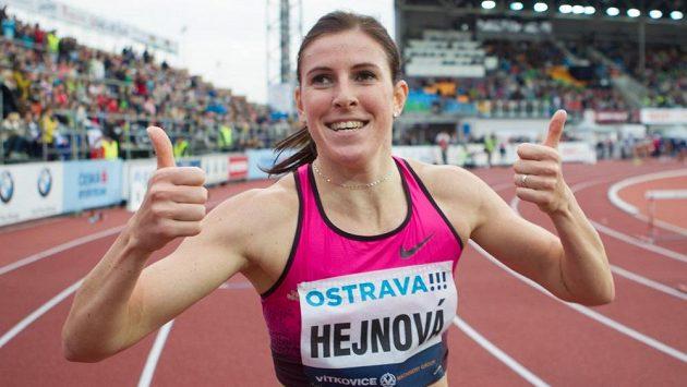 Vítězka v běhu na 400 m překážek Zuzana Hejnová se raduje z triumfu na atletickém mítinku Zlatá tretra.