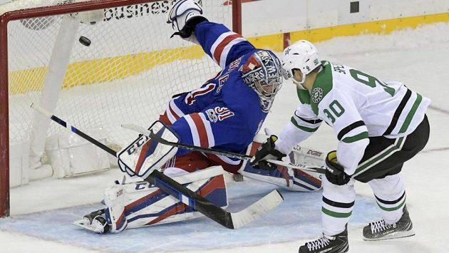 Jason Spezza překonává v nájezdu Ondřeje Pavelce v brance New York Rangers a střílí vítězný gól Dallasu.