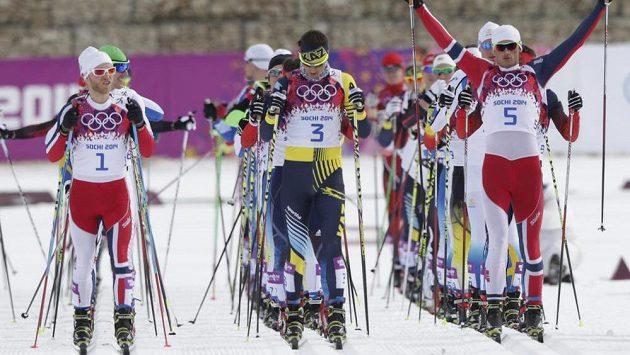 Běžci na lyžích v olympijském závodě.