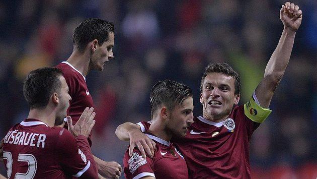 Fotbalisté Sparty se radují z branky Lukáše Váchy (druhý zprava) v derby se Slavií