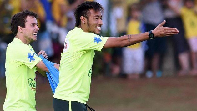 Bernard (vlevo) by měl v brazilském útoku nahradit hvězdného Neymara.