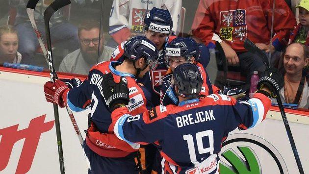Slovenští hokejisté se radují z prvního gólu proti České republice.