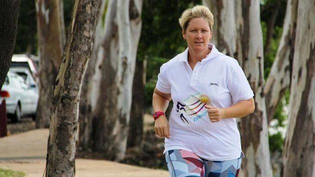 Nina Jakinsová z australského Queenslandu chce uběhnout za třináct dnů třináct maratónů.
