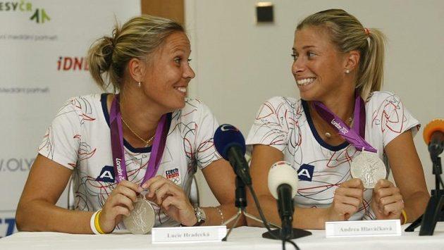 Deblistky Lucie Hradecká (vlevo) a Andrea Hlaváčková budou bojovat o titul v deblu, v Québecu však nastoupí na opačné straně sítě.