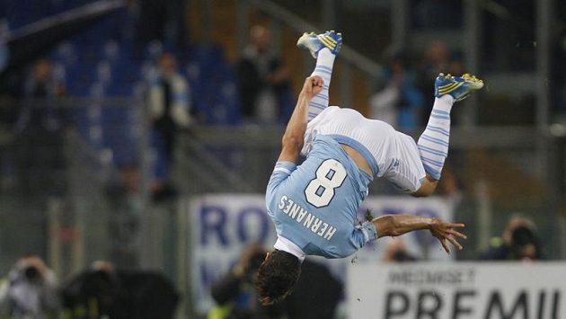 Hernanes z Lazia se raduje z branky do sítě Udine.