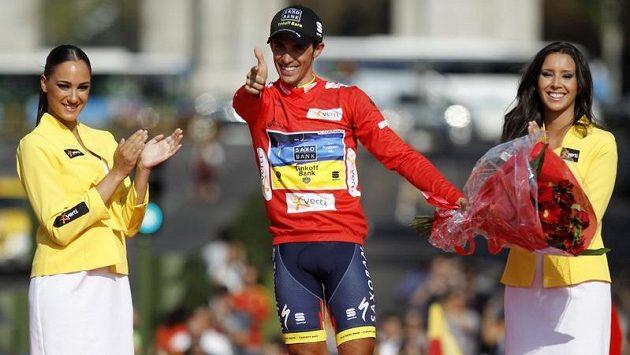 """""""Pistolník"""" Alberto Contador se raduje z dalšího vítězství."""