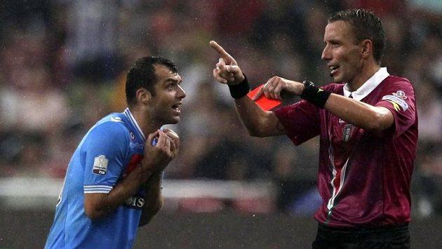 Goran Panděv z Neapoli právě viděl z rukou rozhodčího červený kartonek.