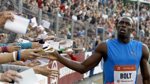 Usain Bolt zdraví diváky během Zlaté tretry v Ostravě.