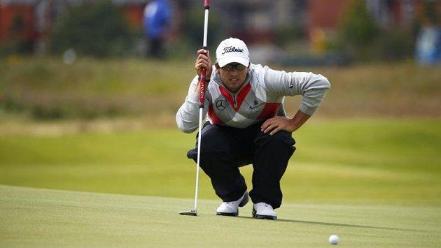Australan Adam Scott vyměřuje jeden z úderů během prvního kola British Open.