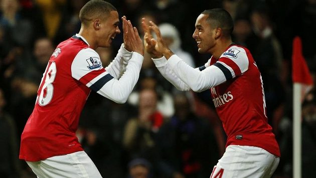 Fotbalisté Arsenalu Theo Walcott (vpravo) a Kieran Gibbs oslavují gól proti Newcastlu.