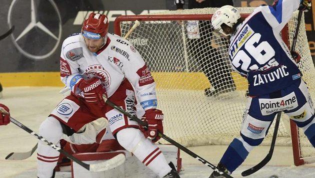 Obránce David Musil z Třince (vlevo) vedle Martina Zaťoviče z Brna.