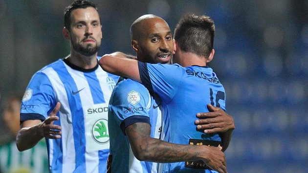Autor prvního gólu, záložník Boleslavi Mickaël Tavares (uprostřed), se raduje se spoluhráči Lukášem Magerou (vlevo) a Michalem Ďurišem.