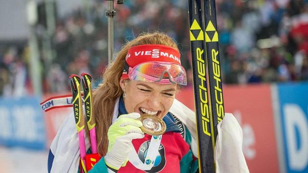 Gabriela Koukalová se zlatou medailí za vítězství v závodu s hromadným startem na 12,5 km ve Vysočina Areně.