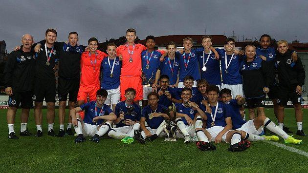 Fotbalisté Evertonu po vítězství v CEE Cupu.