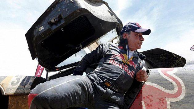 Carlos Sainz s peugeotem na letošní Rallye Dakar předčasně skončil.