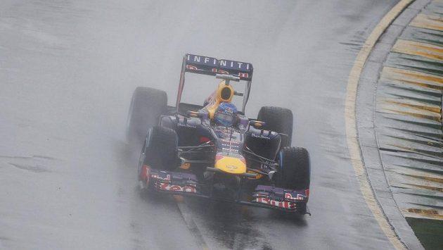 """Vettel během """"prokřehlé"""" kvalifikace na melbournském okruhu Albert Park."""