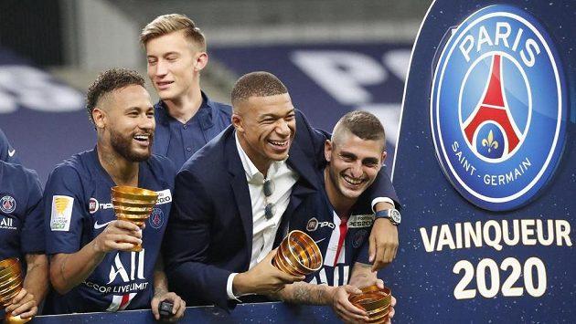 Fotbalisté pařížského celku se radují z vítězství domácího treblu