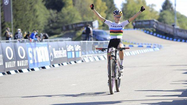 Vítězka Pauline Ferrandová-Prévotová z Francie v cíli závodu.