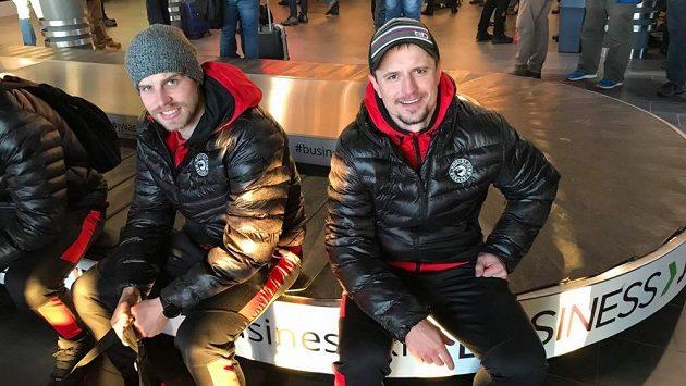 Nováčci na soupisce Třince před semifinále Ligy mistrů. Rostislav Martynek (vpravo) a Roman Vlach na letišti ve finském Jyväskylä.