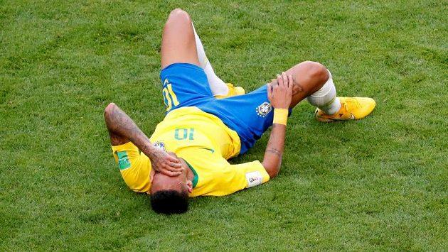Neymar se po zákroku svíjí v bolestech.