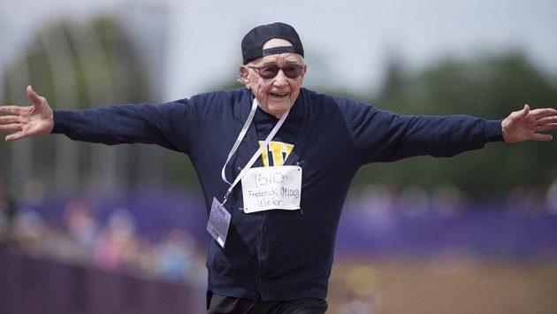 Stoletý Frederick Winter se zapsal do historie, uběhl sprint na sto metrů.