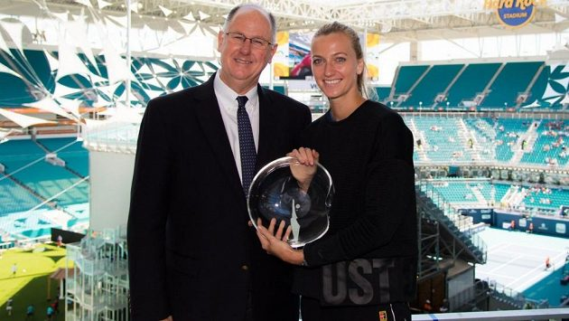 Petra Kvitová přebírá z rukou Steva Simona, výkonného ředitele WTA, Karen Krantzcke Sportmanship Award.