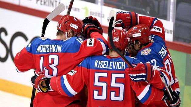 Hokejisté Ruska se radují po jedné z branek, kterou vstřelili Finsku.
